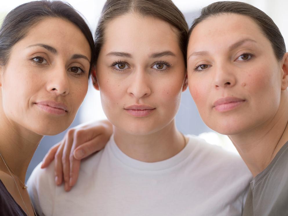 3 kvinder bruger økologisk hudpleje